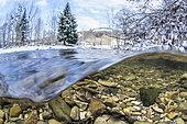 Vue mi-air mi-eau de la rivière Lot, en aval de la ville de Mende, Lozère, Occitanie, France