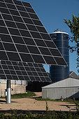 Panneau solaire de type tracker dans un élevage de porcs à Beuzec-Cap-Sizun, Finistère, France