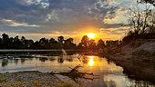 Coucher de soleil sur le bras principal de la Loire dans la région de Pouilly, Val de Loire, France