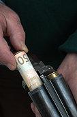 France. Chasse. En janvier 2021, la Commission Européenne a adopté un règlement interdisant l'utilisation de munition au plomb a moins de 100m d'une zone humide d'ici 2023. A terme, l'idée est d'interdire le plomb a la chasse car environ 6 000 tonnes de plomb seraient ainsi libérées dans la nature chaque année et parce qu'il existe déjà des munitions alternatives en acier, zinc, étain, bismuth et tungstène mais qui coutent beaucoup plus cher que le plomb