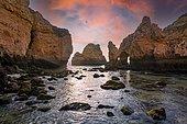 Formations rocheuses en bord de mer à l'aube, falaise de grès, Ponta da Piedade, Algarve, Lagos, Portugal