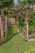 Les jardins Rocambole, Artistic vegetable and botanical gardens in organic farming, A meeting between art and Nature, porticoes of pieces of wood, decoration, La Lande aux Pitois, Corps Nuds, Ille-et-Vilaine (35), Brittany, France
