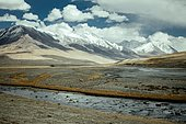 The Wachandarja River meanders through a wide gravel bed on a plateau of the Wakhan Corridor near Bozai Gumbaz, in the background the snow-covered peaks of the Hindu Kush forming the border with Pakistan, Wakhan Corridor, Badakhshan, Afghanistan, Asia