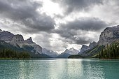 Turquoise blue glacial lake Maligne Lake, mountains Mount Paul, Monkhead and Mount Warren in the back, Maligne Valley, autumn, Jasper National Park National Park, Canadian Rocky Mountains, Alberta, Canada, North America