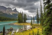 Spirit Island, shores of Maligne Lake, mountains Mount Paul, Monkhead and Mount Warren in the back, Maligne Valley, autumn, Jasper National Park National Park, Canadian Rocky Mountains, Alberta, Canada, North America