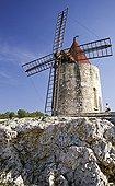 13. Fontvieille, moulin d'Alphonse Daudet, ciel bleu