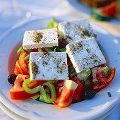 IN*Grèce, Athènes, restaurant Sissifos, gros plan sur salade de féta, tomate et poivrons sur assiette blanche, extérieur
