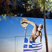 IN*Grèce, Grèce Centrale et Eubée, Attique, Athènes, image d'un discobole et drapeau grec sur flanc d'un bus