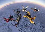IN*Vue plongeante sur 6 parachutistes en chute libre