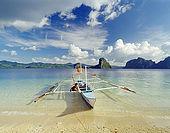 IN*Philippines, pirogue en bord de mer