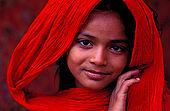 Pakistan - Hijra, les demi-femmes du Pakistan - Hina 10 ans est née dans les environs d'Harappa. Elle travaille depuis deux ans.  Son ÒoncleÓ l'a emmené avec lui dans un cirque. Elle envoi l'argent à sa mère et espère être danseuse. Elle n'a jamais été à