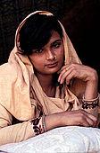 Pakistan - Hijra, les demi-femmes du Pakistan - Rubi, 26 ans est venu dans ce milieu car elle avait besoin d'argent et maintenant c'est son travail.