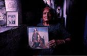 Mohammad Buta habite à Lahore- 94 ans Née à Begumkot (Lahore). Elle a dansé de Calcutta à Karachi, en passant par Bombay, Delhi avant la partition. Elle a toujours habité à Lahore et a dansé toute sa vie. Elle pose avec une photo d'elle jeune.