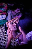 Pakistan - Hijra, les demi-femmes du Pakistan - Hijra qui se prepare pour danser dans un cirque dans la province du Punjab