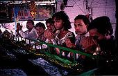 Pakistan - Hijra, les demi-femmes du Pakistan - Lors de la fête du saint soufi Baba Masta Wali Sarkar, une centaine d'Hijra se retrouvent dans des campements. Ils se rendent chaque jour sur la tombe en procession et se donnent en spectacle.