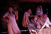 Pakistan - Hijra, les demi-femmes du Pakistan - Intimité des tentes avant les danses du soir dans un cirque
