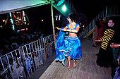 Pakistan - Hijra, les demi-femmes du Pakistan - Hijra qui danse devant le cirque pour attirer les clients.