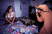 Pakistan - Hijra, les demi-femmes du Pakistan - Mohammed, photographe ne travaille qu'avec les Hijra qui sont d'excellent client.