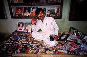 Pakistan - Hijra, les demi-femmes du Pakistan - Mohammed, photographe ne travaille qu'avec les Hijra qui sont d'excellent client. Ici chez lui avec ses tirages