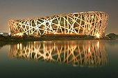 IN*Chine, Pekin, stade national illuminé de nuit(architectes Herzog et de Meuron)