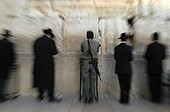 Israel, Jérusalem, Orthodox Jews and soldier praying at the Kotel, also called Western Wall or wailing wall