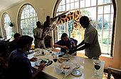 Kenya, region de Nairobi, le Manoir aux Girafes de Bryony et Rick Anderson veulent sauver un groupe  de girafes Rotschild. Invite surprise au dejeuner