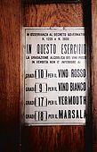 Italia,Venezia - locale tipico   Cantina vecia Carbonera - Cannaregio, 2329 - Campo della Maddalena -Tel. 041 710376  cartello che certifica la gradazione minima degli alcolici venduti