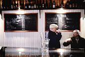 Italia,Venezia - locale tipico   Cantina vecia Carbonera - Cannaregio, 2329 - Campo della Maddalena -Tel. 041 710376 Clienti abituali si ritrovano per conversare