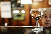 Italia,Venezia - locale tipico Cichetteria venexiana Da Luca e Fred - Cannaregio, 1518 - Ponte delle Guglie  Tel.041716170 la classica 'ombra' , nome con il quale si definisce il bicchiere di vino