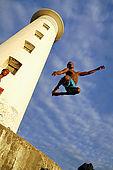 Ragazzi che si tuffano in acqua al faro di Pointe du Vieux-Fort, Guadeloupe (Basse Terre), French West Indies