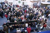 France, Lot, Quercy region village Lalbenque vendant sa récolte au marché du mardi au fond les clients en gros attendent l'ouverture de la vente derrière une corde devant, la vente au détail a commencé editorial only