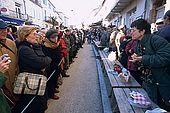 France, Lot, Quercy region village Lalbenque vendant sa récolte au marché du mardi les clients attendent l'ouverture de la vente derrière une corde editorial only