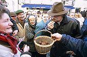 France, Lot, Quercy region village Lalbenque marché du mardi Alexis Pélissou chef du restaurant le Gindreau à St Médard Catus marchandages, on sent et on palpe les truffes pour évaluer leur qualité editorial only