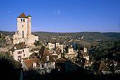France, Lot, Quercy region village Saint Cirq Lapopie sur un rocher audessus de la rivière le Lot