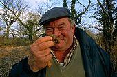 France, Lot, Quercy region vers le village Lalbenque producteur de truffes de retour de la récolte il sent la truffe pour savoir sa qualité Guy Cubayne model release OK