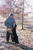 France, Lot, Quercy region vers le village Rocamadour producteur de truffes recherche de truffes en janvier avec un chien Emile Mur model release OK