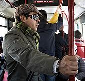 un giovane all'interno dell'autobus n. 27
