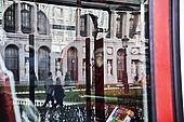 Immagine del museo del Prado riflessa sul finestrino di un autobus