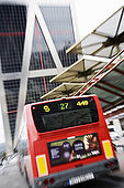 capolinea dell'autobus n. 27 in Plaza de Castilla con una delle Torres Kio sul fondo (Johnson Burgee Architects)
