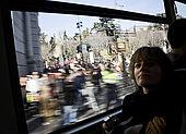 donna sull'autobus n. 27 mentre attraversa una manifestazione in Plaza de Cibeles