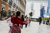 Museo Thyssen-Bornemisza, cortile esterno con na scolaresca che entra