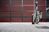 Centre national d'art Reina Sofia, le patio avec une sculpture de Roy Lichtenstein/ADAGP intitulée 'Coup de pinceau'