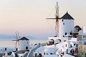 Grèce, îles égéennes, Zone Méditerranéenne, Méditerranée, Cyclades, île de Santorin - Sunset at Oia town.