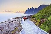 Norvège, Troms, Scandinavie, Senja Insel - Tourists at Wild peaks at Ersfjorden