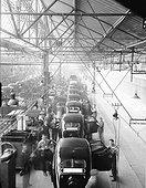 Image Exclusive * Ouvriers au travail sur une chaîne de finition en 1935.
