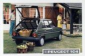 Image Exclusive * Famille derrière une Peugeot 104 grise chargée d'achats en 1987.