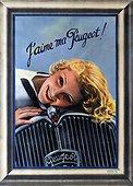 Image Exclusive * Une femme souriante allongée sur le ventre pose sa tête sur le capot d'une automobile Peugeot.