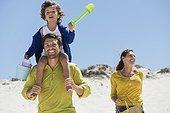 Famille qui s'amuse à la plage