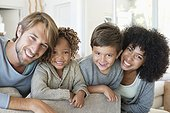 Portrait d'un couple avec ses deux enfants, ils sourient
