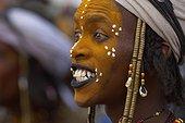 Niger, homme Peul Wodaabe célébrant le Gerewol